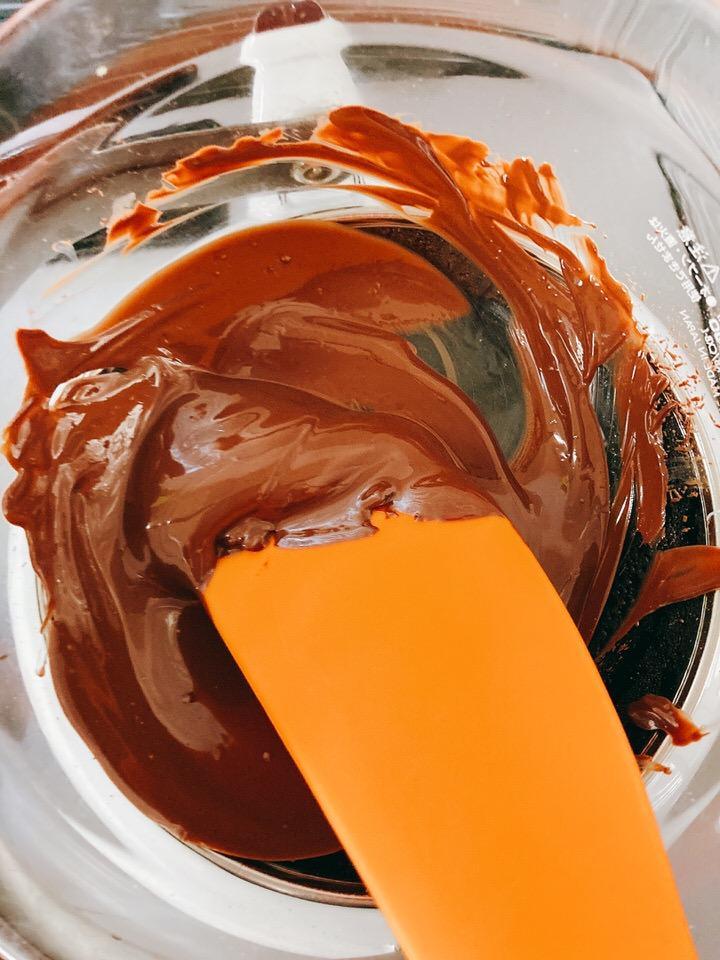 湯煎でチョコを溶かす